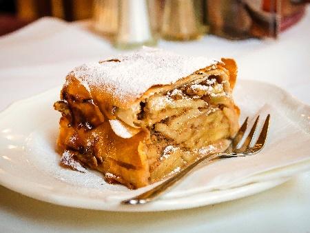 Лесен щрудел от домашно маслено тесто с ябълки, кисело мляко и канела - снимка на рецептата